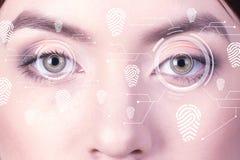 Biometrischer Sicherheitsretinascanner Fingerabdruckauge der jungen Frau, Impressumvirtuelle realität Stockbild