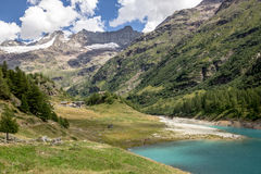 Bionaz sjö på Aosta Valley Arkivbilder