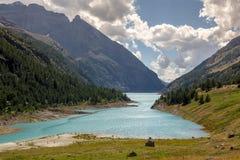 Bionaz sjö på Aosta Valley Arkivbild