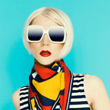 Bionda affascinante in accessorio alla moda di estate immagine stock