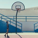 Bionda alla moda sul campo da pallacanestro Fotografia Stock Libera da Diritti