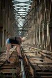 Bionda attraente sul ponte Fotografie Stock