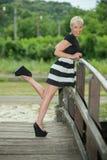 Bionda attraente sul ponte di legno Fotografia Stock Libera da Diritti