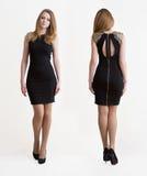 Bionda della ragazza in breve vestito nero Fotografia Stock
