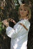 Bionda della ragazza in primavera di ricamo ucraino Fotografia Stock