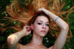 Bionda emozionale, capelli stirati, guardanti in camera Fotografia Stock Libera da Diritti