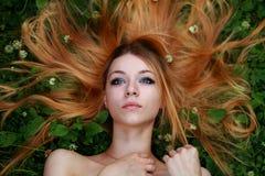 Bionda emozionale, capelli stirati, guardanti in cielo Immagini Stock Libere da Diritti