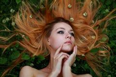 Bionda emozionale, capelli stirati, guardanti in cielo Fotografia Stock