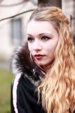 Bionda emozionale con gli sguardi aspettanti dei capelli lunghi dopo la macchina fotografica Fotografia Stock