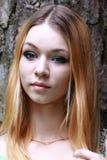 Bionda emozionale con gli sguardi aspettanti dei capelli lunghi dopo la macchina fotografica Fotografie Stock