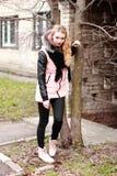 Bionda emozionale in nero ed in rosa con un sorriso che esamina la c Fotografie Stock