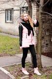 Bionda emozionale in nero ed in rosa esaminando il expecta della macchina fotografica Fotografia Stock