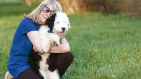 Bionda felice con un bobtail del cucciolo video d archivio