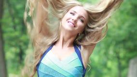 Bionda graziosa con bei capelli lunghi in natura archivi video
