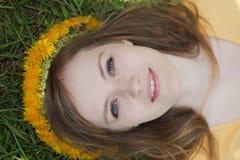 Bionda naturale con i fiori in suoi capelli Fotografia Stock