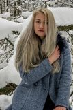 Bionda nella foresta di inverno Immagine Stock