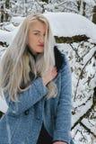 Bionda nella foresta di inverno Fotografie Stock Libere da Diritti