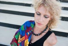Bionda riccia con un foulard luminoso Fotografie Stock