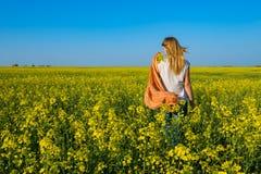 Bionda romantica della giovane donna, con la sciarpa arancio Fotografia Stock