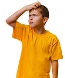 Bionda teenager del bambino del ragazzo in scratch giallo della camicia Fotografia Stock