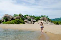 Bionda in un bikini su una spiaggia di paradiso Immagine Stock