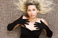 Bionda in vestito nero Immagini Stock