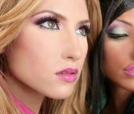 Biondo a macroistruzione e brunette di trucco della bambola di Barbie fotografia stock libera da diritti