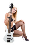 Biondo sessuale e una chitarra bassa bianca Immagini Stock Libere da Diritti