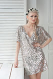 Biondo in vestito d'argento e brillante sexy, con una corona sui suoi capelli Immagini Stock Libere da Diritti