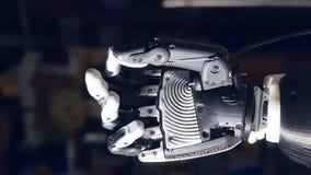 Bionic ręka pracująca zgina palce podczas gdy zdjęcie wideo