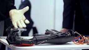 Bionisch wapen in actie stock video