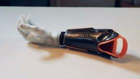 Bionischer Arm bewegt seine Finger Menschlich ähnlicher Arm des wirklichen Roboters stock footage