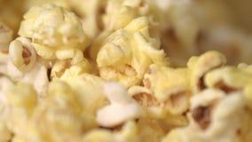 Biopopcornbakgrund Klart popcorn flagar falla in i hög i ultrarapid stock video