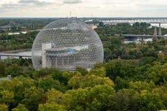 Biosfären i Montreal - den Buckminster-Fullerine molekylen - i färg arkivfoton