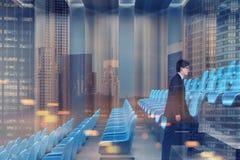 Bioskoop binnenlandse, blauwe stoelen, zakenmankant vector illustratie