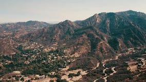 Bioskoop lucht panoramische video van de mening van bergvormingen in Malibu van een helikopter Los Angeles, Californië stock video