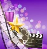 Bioskoopachtergrond met filmstrip, gouden ster, kop, clapperboard Stock Foto