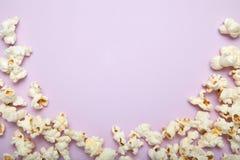Bioskoopconcept met velen pluizige popcorn op roze achtergrond met exemplaarruimte stock afbeelding