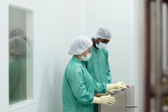 biotech som kontrollerar utrustningindustriforskare arkivbilder