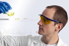 Biotechnician caucasien mâle dans le laboratoire Photos stock