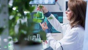 Biotechnologia badacza spojrzenia przy zielonymi tubkami zbiory wideo