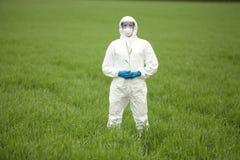 Biotechnologia inżynier na polu genetycznie zmodyfikowane uprawy - portret zdjęcie stock