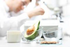 Biotechnologie en voedsel het testen in het laboratorium stock afbeelding