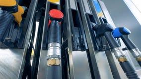 Biotreibstoffpistole wird von der Benzinpumpe herausgenommen stock footage