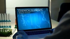 Biowetenschapper die computer in zijn modern laboratorium met behulp van Mensen` s handen, laptop vertoning met geanimeerde beroe stock footage