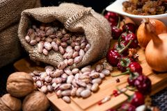Biozwiebeln, Nüsse, Bohnen und getrockneter Pfeffer als Lebensmittelinhaltsstoffe Lizenzfreie Stockfotos