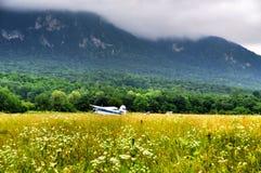 Biplan à l'aérodrome photographie stock libre de droits