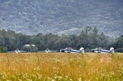 Biplan à l'aérodrome photo libre de droits