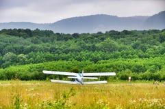 Biplan à l'aérodrome images stock