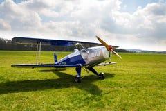 Biplan Bucker Bu-131 Jungmann produkujący pod koncesją jako Tatrzański T-131 PA na lotniskowym pasie startowym Zdjęcie Stock